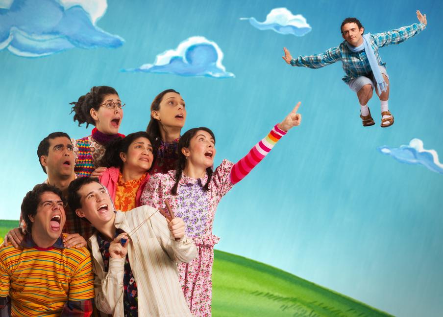 Foto da peça Leonel Pé de Vento. Cena em que as crianças vêem Leonel flutuando pela prieira vez.
